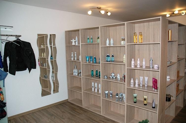 Unser Eingangsbereich mit einer Auswahl an hochwertigen Haarpflege- und Stylingprodukten.