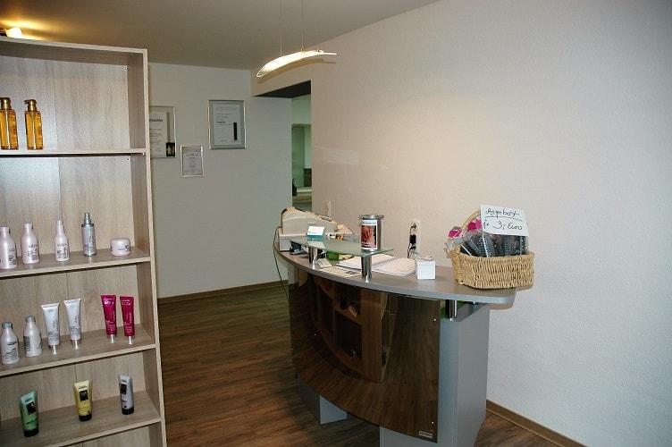 Kassenbereich. Wir vertreiben ebenfalls hochwertige und professionelle Haarpflege- und Stylingprodukte